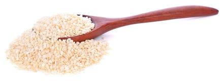 Weiße Samen des indischen Sesams im Löffel auf weißem Hintergrund lizenzfreie stockbilder