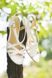 Weiße Sandalen auf Holz Stockfotos