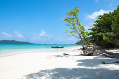 Weiße Sandküste und longtail hölzernes Boot in andaman Meer Stockfoto