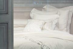 Weiße saubere Kissen und Decke Stockfotografie