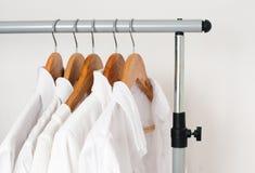 Weiße saubere Kleidung, Hemden und Jacken Stockfoto
