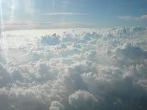 Weiße schöne Wolken, welche die Sonne und den Himmel küssen Lizenzfreies Stockfoto