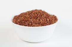 Weiße Schüssel brauner Reis gegen weißen Hintergrund Stockfotos