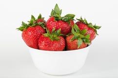 Weiße Schüssel gefüllt mit Erdbeeren Stockbild