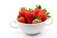 Weiße Schüssel mit Erdbeeren stockbilder