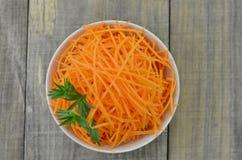 Weiße Schüssel mit köstlichen Karotten Catening bereit Lizenzfreie Stockbilder