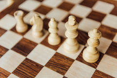 Weiße Schachfiguren, die in der Reihe auf Schachbrett stehen Stockfotos