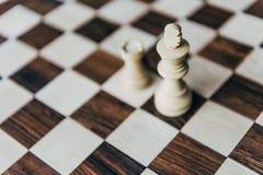 Weiße Schachkönig- und -schlosszahlen auf Schachbrett Stockbild