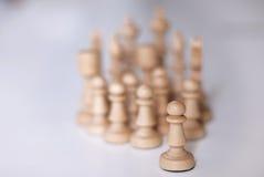 Weiße Schachpfand und weißere Stücke stockfoto