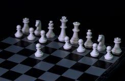 Weiße Schachzahlen an Bord Weißes Schachspiel damit Spielanfang Stockfotografie