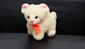 Weiße Schafe des weichen Spielzeugs Stockbild