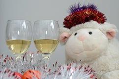 Weiße Schafe und zwei Gläser Wein stockbild