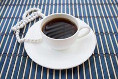 Weiße Schale coffe mit Perle - Weinleseart Lizenzfreies Stockfoto
