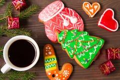 Weiße Schale des heißen Kaffees, des Lebkuchens und des Weihnachtsdekors auf bro Stockfoto