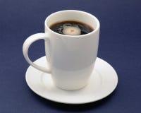 Weiße Schale des Porzellans mit Mischung des Kaffees und des orzo auf dunklem Hintergrund Lizenzfreies Stockfoto