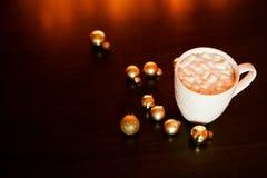 Weiße Schale Kakao oder Kaffee mit heißer Schokolade und Eibische auf der dunkelbraunen Tabelle und Hintergrund mit goldenem boke stockbild