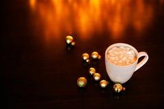 Weiße Schale Kakao oder Kaffee mit heißer Schokolade und Eibische auf der dunkelbraunen Tabelle und Hintergrund mit goldenem boke stockfotos