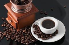 Weiße Schale mit altem neapolitanischem Schleiferkaffee lizenzfreies stockfoto