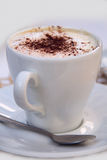 Weiße Schale mit Cappuccino Stockbild