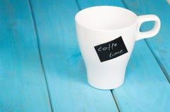 Weiße Schale mit der Aufschriftkaffeezeit Lizenzfreies Stockfoto