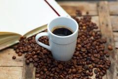 Weiße Schale mit heißem Kaffee auf einem hölzernen Hintergrund Stockfoto