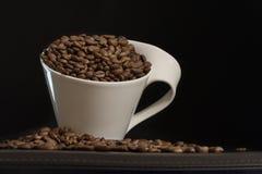 Weiße Schale mit Kaffeebohnen Lizenzfreies Stockfoto