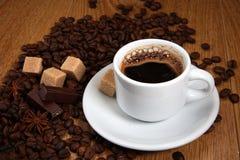 Weiße Schale mit starkem Kaffee Lizenzfreies Stockfoto
