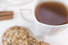 Weiße Schale mit Tee und selbst gemachten phtness Plätzchen mit Getreide in einem defocus Stockfotografie