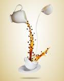 Weiße Schale Porcelaine mit dem Spritzen der Kaffee- und Milchflüssigkeit trennte sich auf braunem Hintergrund Lizenzfreie Stockbilder