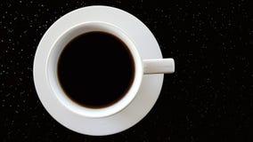 Weiße Schale schwarzer Kaffee auf schwarzer Tabelle Lizenzfreies Stockfoto