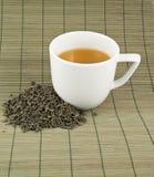 Weiße Schale schwarzer Tee Lizenzfreie Stockbilder