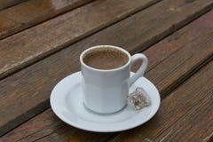 Weiße Schale türkischer Kaffee stockfotos