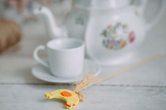 Weiße Schale und Teekanne auf dem Tisch Lizenzfreies Stockfoto