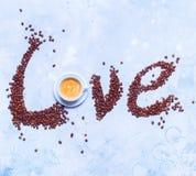 Weiße Schalen-neue Kaffee-Text-Liebe zerstreute Körner Stockfotografie