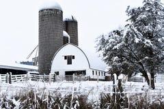 Weiße Scheune im Winter mit Silos lizenzfreies stockbild