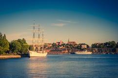Weiße Schiffsyacht-Bootsherberge auf See Malaren, Stockholm, Schweden stockfotografie
