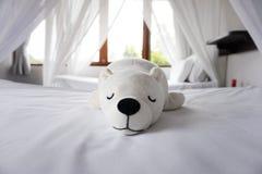Weiße schläfrige Bärnpuppe auf Schlafzimmer lizenzfreie stockbilder
