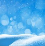 Weiße Schneeflocken auf einem blauen Hintergrund Lizenzfreies Stockbild