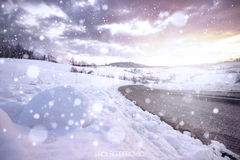 Weiße Schneeflocken auf einem blauen Hintergrund Lizenzfreie Stockfotografie