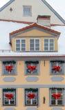 Weiße Schneeflocken auf einem blauen Hintergrund Abstraktes Hintergrundmuster der weißen Sterne auf dunkelroter Auslegung Weihnac Lizenzfreie Stockbilder