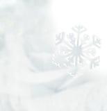 Weiße Schneeflocken auf einem blauen Hintergrund Weicher Ton der Schneeflocken Stockbilder