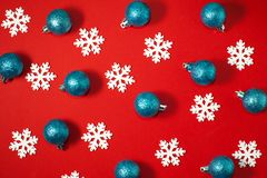 Weiße Schneeflocken und blaue Bälle des neuen Jahres des Funkelns Lizenzfreie Stockfotografie
