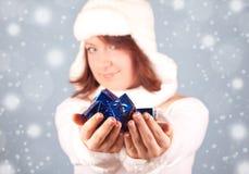 Weiße Schneekönigin, die ein Geschenk gibt Stockbild