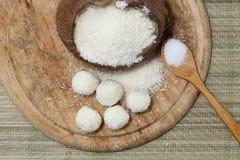 Weiße Schokoladen- und Kokosnussbälle lizenzfreie stockbilder