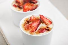 Weiße Schokoladencreme mit Erdbeeren Stockfoto
