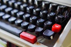 Weiße Schreibtischtabelle mit alter Schreibmaschine, Seilen, Muscheln und Lupe Draufsicht mit Kopienraum, flache Lage Lizenzfreies Stockfoto