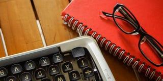 Weiße Schreibtischtabelle mit alter Schreibmaschine, Seilen, Muscheln und Lupe Draufsicht mit Kopienraum, flache Lage Stockbild