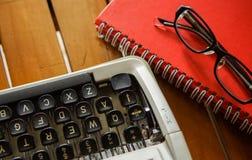 Weiße Schreibtischtabelle mit alter Schreibmaschine, Seilen, Muscheln und Lupe Draufsicht mit Kopienraum, flache Lage Lizenzfreies Stockbild