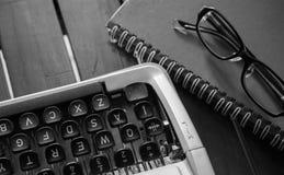 Weiße Schreibtischtabelle mit alter Schreibmaschine, Seilen, Muscheln und Lupe Draufsicht mit Kopienraum, flache Lage Stockfoto
