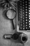 Weiße Schreibtischtabelle mit alter Schreibmaschine, Seilen, Muscheln und Lupe Draufsicht mit Kopienraum, flache Lage Lizenzfreie Stockfotografie